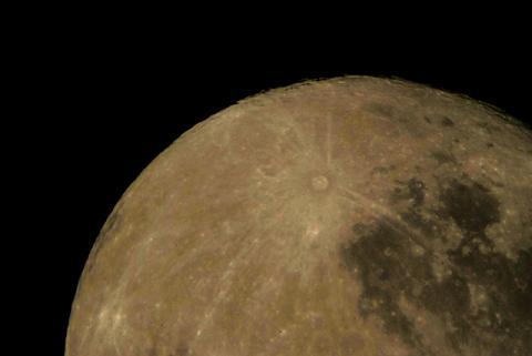 望遠鏡で見た月の表面