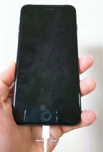 手で持ったiPhone8プラス
