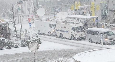 大雪で集まる中継車