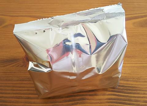 銀色のベールに包まれたお菓子