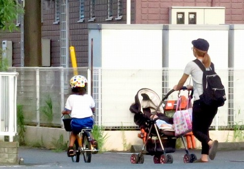 自転車を運転する子供