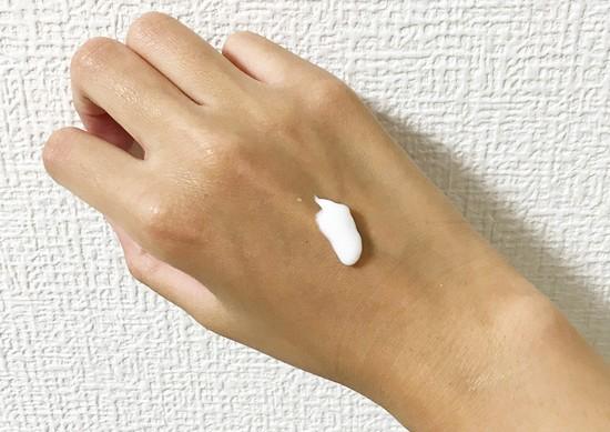 手に塗ったハンドクリーム