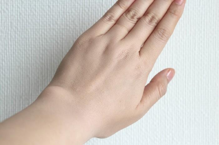 手の甲全体にBBクリームを延ばしてみた