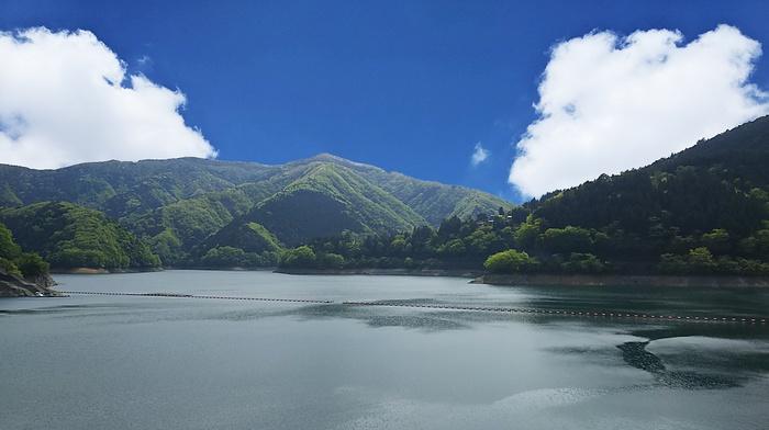 合成写真の奥多摩湖と空
