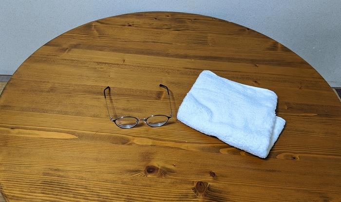 眼鏡とタオルとテーブル